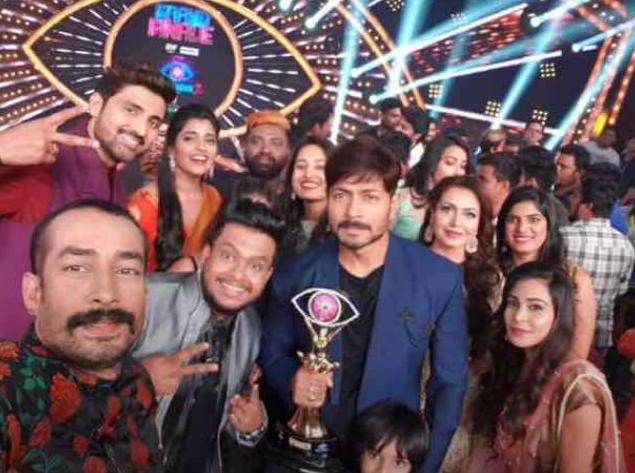 Kaushal(Bigg Boss 2 Winner) with housemates and Bigg Boss 2 Trophy